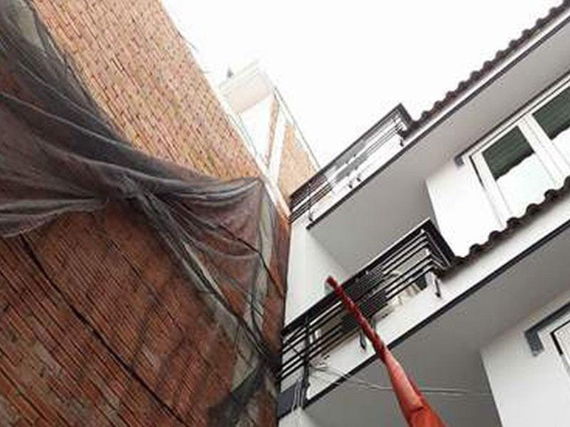 tường tiếp giáp nhà liền kề